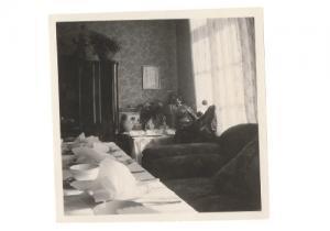 Die Gute Stube. Besprechungsraum und Wohnzimmer um 1948 des Bestattungsinstitutes