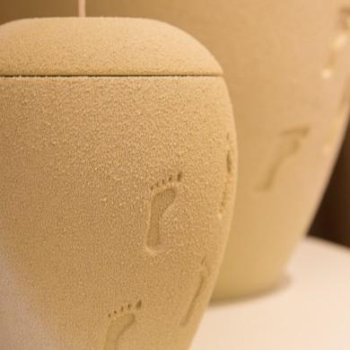 Fusstritte...-Urne mit sandiger Haptik und kleiner Gedenkurne mit Teelicht