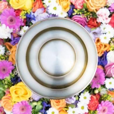 Urne mit Blumenkranz