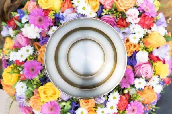 Urnensonne mit Blumenkranz